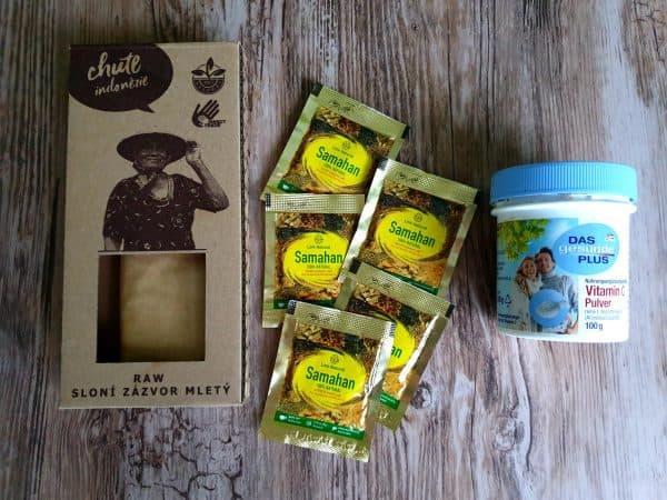 """Ak nemáte čerstvý zázvor, výborne poslúži aj SUŠENÝ ZÁZVOR, kupujem v raw kvalite z Jávy, aj spolu s klinčekami a kurkumou, v naozaj výnimočnej kvalite, vôni a chuti tu: <a title=""""chute indonézie"""" href=""""http://www.divine-spices.com"""">chute indonézie</a> . Výborným doplnkom je aj ČAJ SAMAHAN zo Srí Lanky, ktorý obsahuje výnimočnú kombináciu zázvoru, rôznych bylín a korenín. Je účinným doplnkom pri liečbe rôznych chorôb, pretože poriadne rozohreje organizmus, kúpite napríklad tu: <a title=""""samahan čaj"""" href=""""https://ajurshop.sk/produkt/samahan-bylinny-caj"""">samahan čaj</a>. Výborným doplnkom liečby je aj KYSELINA ASCORBOVÁ, je to čistý vitamín c bez rôznych prímesí, aróm a adjitív, ktoré sa zvyknú nachádzať napríklad v tabletkovej forme. Počas choroby je u nás doplnkom v liečbe popri užívaní prírodného vitamínu C z ovocia a zeleniny. Kúpite v dm - hľadajte pôvod EU nie Čína."""