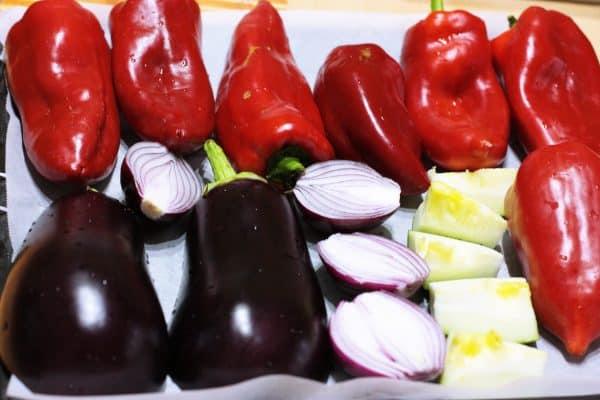Zeleninu si umyjeme. Papriky zbavíme jadierníkov. Baklažán aj cibuľu prekrojíme napoly, cuketu na kocky, Na plech dáme papier na pečenie a poukladáme naň zeleninu. Dáme piecť do rúry na 200 stupňov, režim gril 20-25 min. Každých 8 min. otočíme, aby sa nám zelenina rovnomerne ugrilovala. Osvedčil sa mi režim gril, pretože zelenina zostane šťavnatá. Pri režime pečenie sa vysuší.