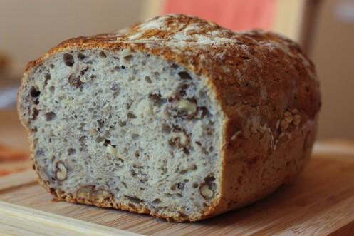 Keď je chlebík upečený, vyberieme si ho, dáme na mriežku, aby chlebík dýchal, postriekame vodou a prikryjeme utierkou na 10 minút. Aby bola kôrka mäkká. Potom utierku odstránime a chlebík necháme vychladnúť aspoň hodinu. Ak sa bude krájať skôr, zadusí sa, treba vydržať :) Je úžasný :)
