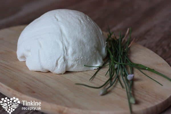 Hotový syr vyberieme z gázy a preložíme do potravinovej fólie, v ktorej upravíme na požadovaný tvar - šulec. Posypeme nasekanými čerstvými bylinkami a vychutnávame s chlebíkom a zeleninkou. Syr môžete nechať aj v pôvodnom tvare bez byliniek.