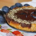 Figovo-mandľový tart so slivkovým coulis a ganache čokopolevou