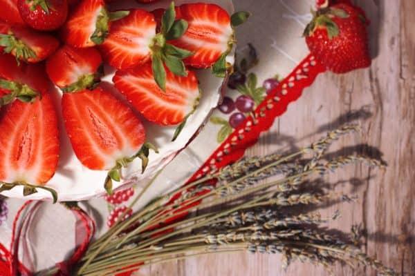 Pochúťkovú smotanu si zmiešame s cukrom, vanilkovým luskom a polku rozvrstvíme na jahody. Opäť poukladáme piškóty, polejeme zvyšnou šťavou z jahôd, poukladáme nakrájané jahody a na to dáme zmes z pochúťkovej smotany. Ak chcete mať tortu jemnejšiu, môžete navrch použiť aj šlahačkovú smotanu 33% tnú 250 ml. Tým pádom budeme pochúťkovej smotany potrebovať len 400 ml.