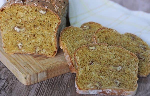 Upečený chlebík vyklopíme z formy a dáme ho vychladnúť na mriežku, aby nám krásne aj zo spodnej strany chladol a nezadusil sa. Chlebík nekrájame až do úplného vychladnutia, ideálne 2 hodiny, aby sa nám nezadusilo vnútro. Najlepší je chuťovo na druhý deň :)