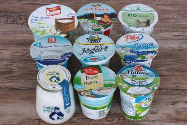 1. je KATEGÓRIA KRAVSKÝCH jogurtov 3,5% TUKU, toto je vyslovene jogurtová kategória. U mňa na plnej čiare vyhral jogurt Natura od Zott, v cene 0,45 cent za 150 gram. Veľmi jemný jogurt chuťovo ako domáci, najmenej kyslý. O máličko v tesnom závese sa umiestnili Pilos z Lidla v cene 0,19 cent za 150 gram (mimochodom tento jogurt vyrába hollandia), Bio Milbona Lidl v cene 0,33 cent za 150 gram, Kaufland K-classic v cene 0,19 cent za 150 gram a bio Hollandia v cene 0,39 cent za 180 gramov.