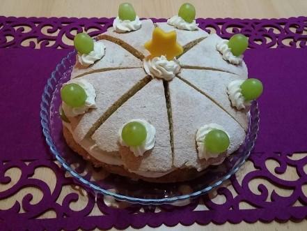 """Krém si navrstvíme na tortu a poukladáme naň ovocie. Určite si vrchný diel, narežte na rezy a postupne pridávajte na vrch ako skladačku dokola. Ušetrite si nervy, lebo ten vrch je tuhší a zle by sa na torte krájal a zároveň je trošku tenší ako spodok, aby sa to dobre jedlo. Ak je moc hrubý, šľahačku to rozráža do strán. Keď máme poukladané, poprášime ešte cez sitko cukrom, výsledný efekt je krajší. Môžeme si nechať trochu krému a sáčkom na zdobenie po krajoch urobiť """"očká"""" a do nich vtlačiť ovocie. Je vynikajúci, nenáročný a rýchlo spravený, návštevu určite ohúrite. Bon appetit.."""