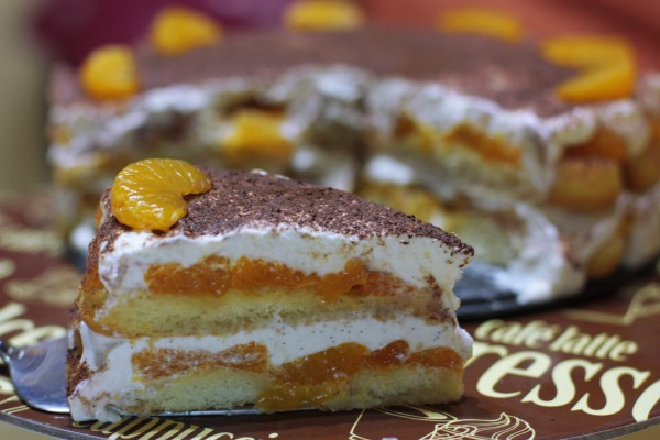 Opäť navrstvíme piškóty, šťavu na piškóty, mandarinky a navrch vyšlahanú šlahačku. Posypeme kakaom (môžete použiť aj karob) ozdobíme mandarinkami a dáme zachladiť do chladničky. Najlepšie je na druhý deň :) ak to vôbec vydržíte :) :D :*
