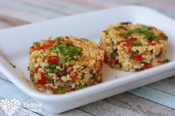 Keď je zelenina v ratatouille hotová, pridáme kus masla, soľ, citrón šťavu, posypeme majoránkou, čerstvou petrželkou a zamiešame.