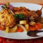 Pečený zajko so slaninkou, zeleninou a gratinovaným feniklom