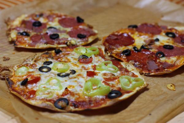 Vrch posypeme syrom a dáme na pečiaci papier do trúby na 200 stupňov cca 8-10 minút (dávam režim pizza, ak nemáte, tak s ventilátorom). Hotová je, keď sú kraje zlatavé a chrumkavé. Je fantastická! Bon appetit :)